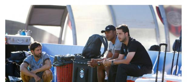 Roger observa treino (Grêmio/Divulgação)