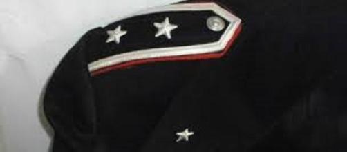 Indossava una finta uniforme con tanto di placche