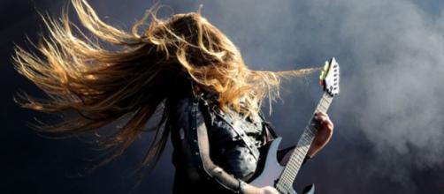 Melenas, trajes de cuero y guitarras componen la estética heavy