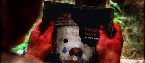 O assassino Jonas analisa o livro Condado Macabro / Divulgação