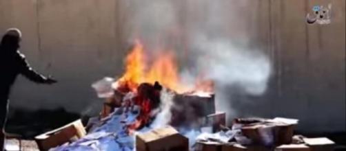 Captura del vídeo de la quema de Biblias