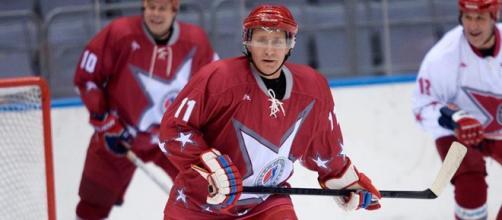 O presidente Putin joga hóckey em evento na Rússia