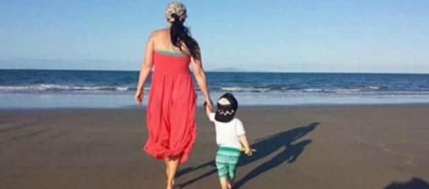 Jax brincando na praia com a mãe