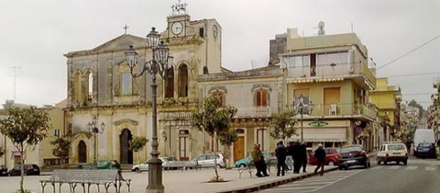 Solarino, la Chiesa Madre nella piazza centrale