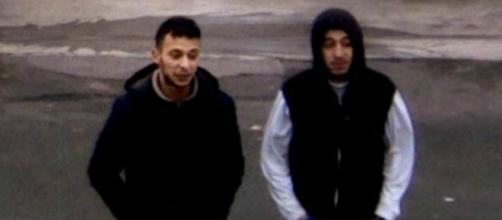 A destra, il terrorista Salah Abdeslam.