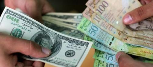 Un 1 dolar equivale a 1000 bolívares fuertes.