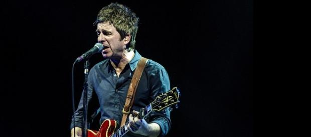Noel Gallagher tocando en el Luna Park