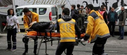 Trasladando a los heridos por el ataque