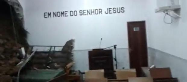 Enchente em igreja (Foto: Reprodução)