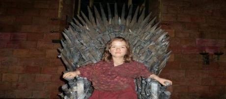 Annette Hannah sentada en el Trono de Hierro