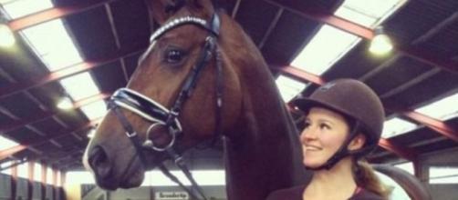 Alexandra Andersen di fianco al suo cavallo