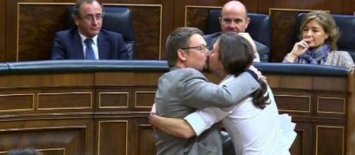 Domènech e Iglesias besándose en pleno debate