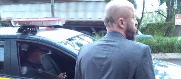 De costas parece o ator britânico Jason Statham