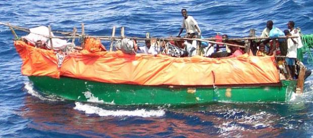Un'imbarcazione in viaggio verso la costa