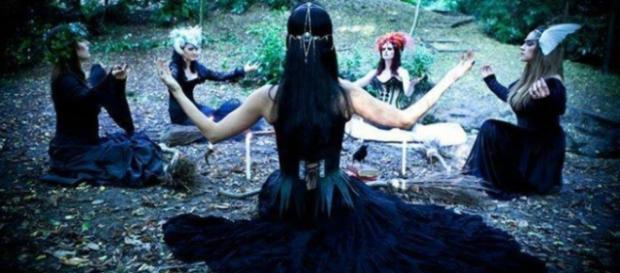 Brujas en el bosque, conjurando a la Madre Tierra