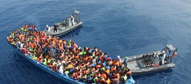 Guardia Costiera soccorre un barcone di migranti