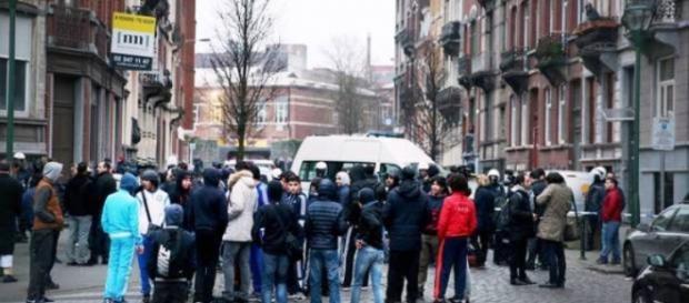 Tłum otoczył policję ⓒBELGA/La Libre