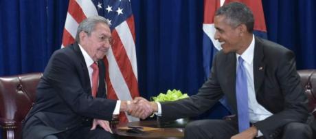 Raúl Castro y Barack Obama estrechando un saludo postergado