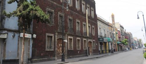 Fachada del edificio simulando homogeneidad para esconder la Sinagoga