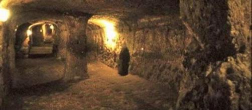 Imágenes de cuevas que creen haber sido creada por seres reptiles