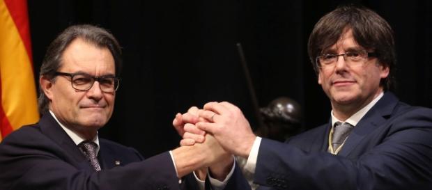 Los presidentes Mas y Puigdemont durante la toma de posesión