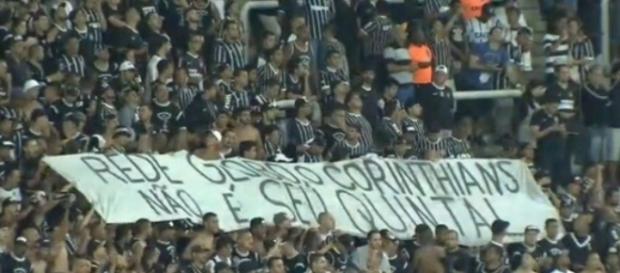 Torcida do Corinthians protesta contra a Globo
