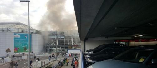 Aeroporto Bruxelles: il fumo dopo l'esplosione