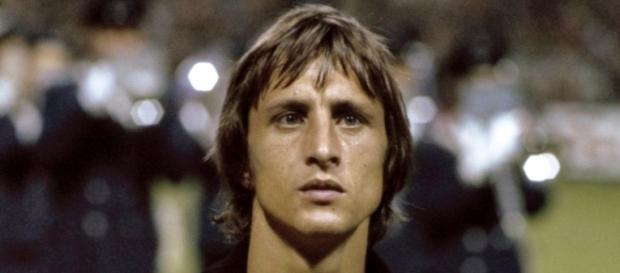 Cruyff defendiendo la camiseta de Holanda