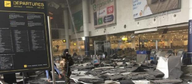 La hall distrutta all'aeroporto di Bruxelles.