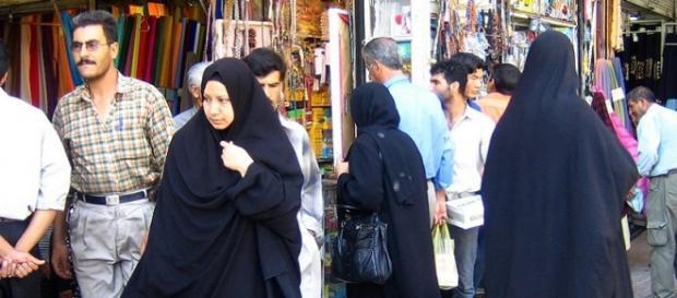 Mujeres islamicas pasean con el velo