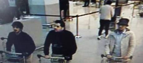 Nella foto, tre dei quattro terroristi. Uno di loro è in fuga (uomo a destra col capello)
