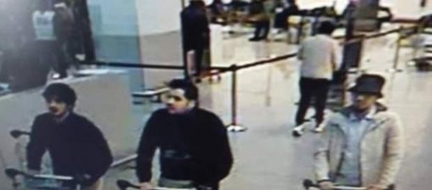 L'immagine dei tre attentatori diramata dalla polizia belga.