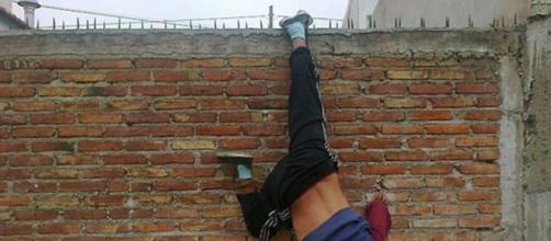 El joven ladrón colgado del muro