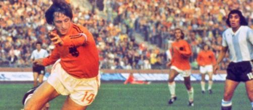 Johan Cruyff revolucionou o futebol jogando ofensivamente