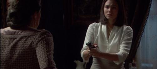 Maria si presenta con una pistola