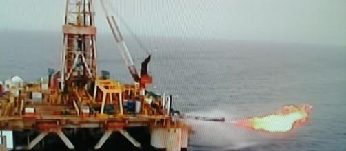 Piattaforma petrolifera sul mare
