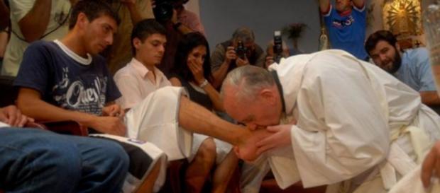 Papa Francisc va spăla picioarele a 12 refugiaţi