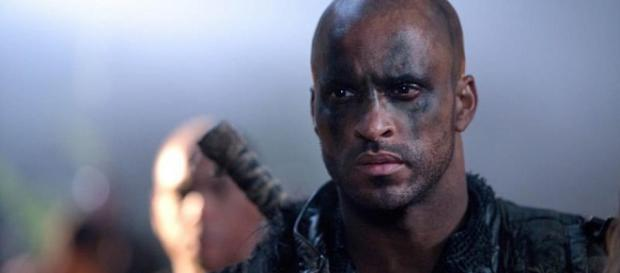 "Ricky Whittle, Lincoln en ""The 100""."