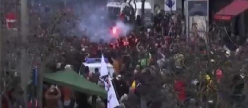 Momento del ingreso de los ultraderechistas a la plaza.