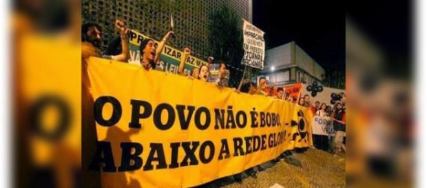 Manifestantes protestam contra a Rede Globo