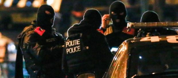 Polițiști belgieni în timpul unui raid