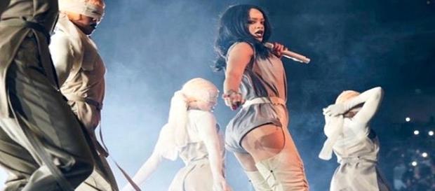 Rihanna durante estreia da nova turnê nos EUA