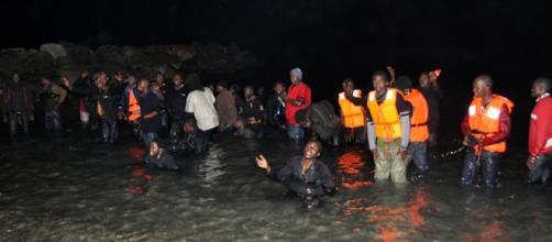 Llegada de hombres inmigrantes a la playa del Tarajal de Ceuta. Foto: FIDEL RASO