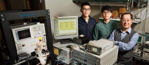 Los estudiantes graduados Curtis Wang y Michael Liu junto al profesor Milton Feng de la Universidad de Illinois. Foto: L. Brian Stauffer