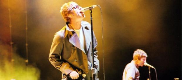 Liam y Noel Gallagher tocando juntos con Oasis.