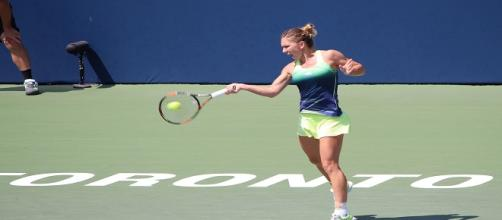 Halep hitting a forehand/ Photo: Mihnea Stanciu (Flickr)