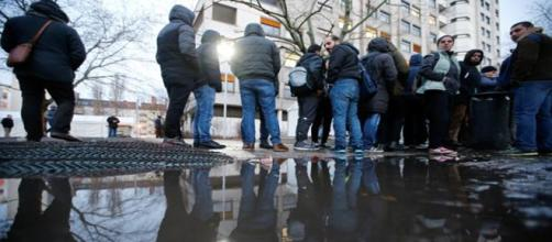 Inmigrante haciendo cola en la seg. social en Berlín