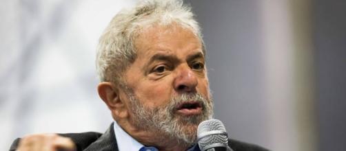 Lula em discurso com militantes do PT