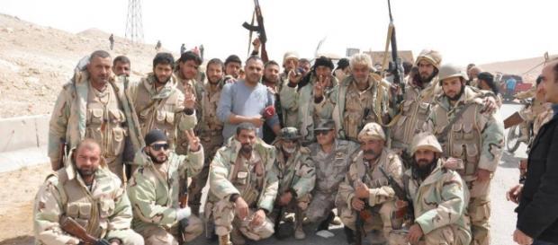 Forças do regime sírio comemoram a libertação de Palmira