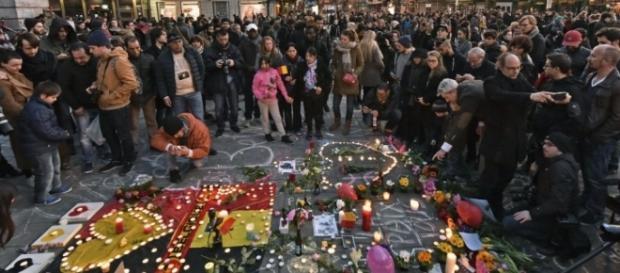 População se comove pelas vítimas dos atentados terroristas em Bruxelas